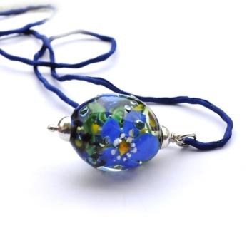 Blåveisperle! Stor oval håndlaget glassperle i sølv http://epla.no/handlaget/produkter/779629/