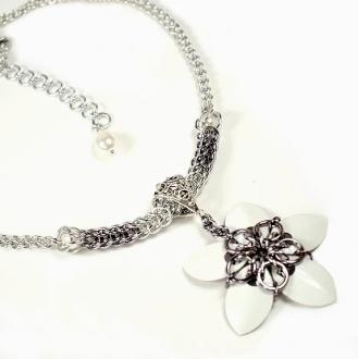 Hvit blomst med kjede i grått & sølv http://epla.no/handlaget/produkter/711386/