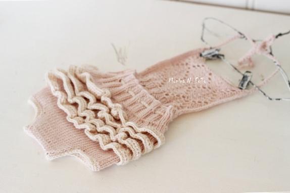 Oppskrift på strikket Victorias ruffled Party Dress http://epla.no/handlaget/produkter/779821/