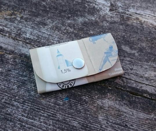 Frøken Oma: Enkel og elegant lommebok laga av mjølkekartong; Økologisk tjukkmjølk frå Røros. http://epla.no/handlaget/produkter/792151/