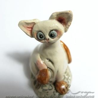Ingaskunst Keramikk: En søt liten katt, skulptur høyde ca 9 cm og ca 5 cm i diameter på det bredeste https://epla.no/handlaget/produkter/793428/