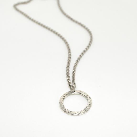 Zylla Smykker: Halssmykke Flathamret og oksidert sølvring http://epla.no/handlaget/produkter/791940/