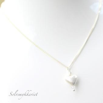 Hjertekjede med swarovskiperle http://epla.no/handlaget/produkter/782647/