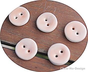 Chris-Ho-Design: Store håndlagede keramikknapper glasert i fersken og lys blå. http://chris-ho.com/store-keramikknapper..html