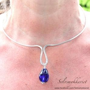 Sølvsmykkeriet: Nydelig kraftig håndlaget sølvklave hvor du kan henge på den pynten du måtte ønske. Det følger med 3 forskjellige perler. http://epla.no/handlaget/produkter/791668/