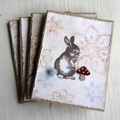 Cirkeline Design: Uimotståelig harepus til de søteste pakkene! Dette er et sett med fire kort i str 7 x 9 cm, som er laget av brun kraftkartong. http://epla.no/handlaget/produkter/791811/
