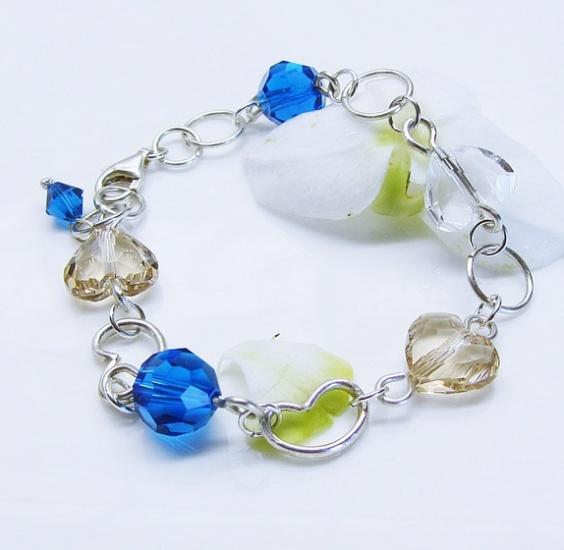 Kimmelinessmykker: Armbånd, Fem stk Swarovsky-krystaller er lenket sammen med ringer og to håndlagde hjerter i sterling sølv. http://epla.no/handlaget/produkter/792205/