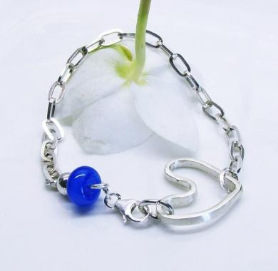 Kimmelinessmykker :Sølvarmbånd, En kraftig lenke i sterling sølv har fått påmontert et håndlaget åpent hjerte - også dette i sterling sølv http://epla.no/handlaget/produkter/791208/