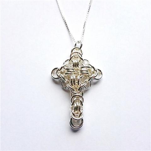 Smykkedama: Kors i mønstret kongelenke, 925 sølv. http://www.smykkedama.no/367825741/product/787936/kors-i-m%C3%B8nsteret-kongelenke-925-s%C3%B8lv?catid=220296