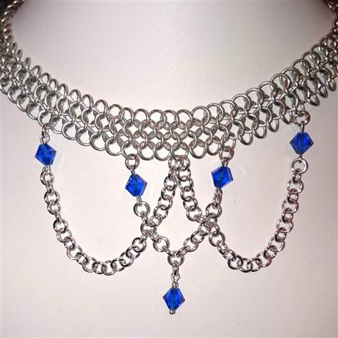 Smykkedama:Lekkert smykke med blå swarovskikrystaller. http://www.smykkedama.no/367825741/product/1398020/bl%C3%A5tt-og-flott?catid=220291