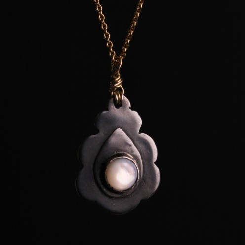 "Sara Jewellery. Sølvsmykke med ordet ""Styrke"" og et hjerte preget på baksiden http://sarajewellery.no/?product=necklace"