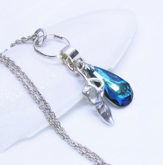 Kimmelinessmykker: En vannstøpt anheng i sterling sølv har fått følge med en 25 mm bermudablå swarovsky-dråpe http://epla.no/handlaget/produkter/800616/