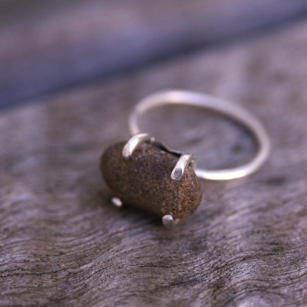 Sara Jewellery Håndlaget sølvring med sten fra en strand i Norge http://sarajewellery.no/?product=round-beach-stone-silver-ring
