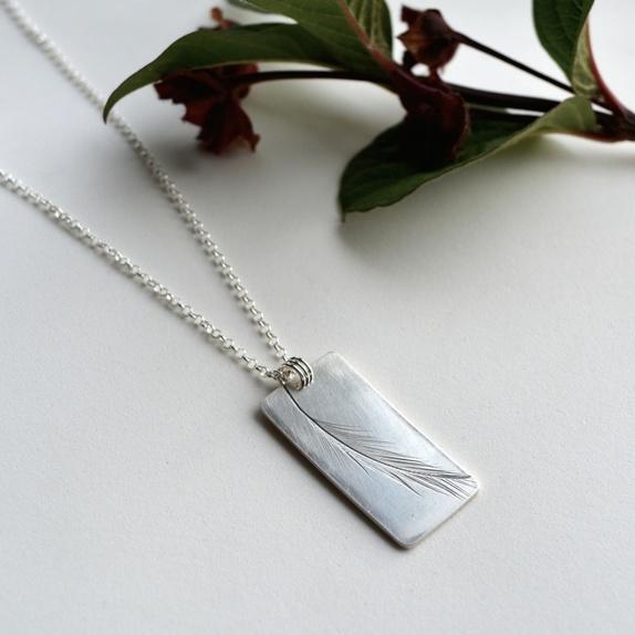 Zylla Smykker: Fjær, sølvsmykke https://epla.no/handlaget/produkter/809867/