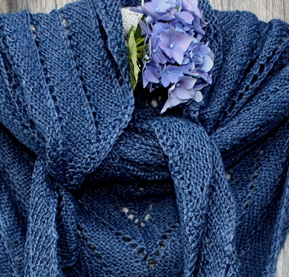 SPØT Tynt Alpakkasilk sjal mørk blå https://epla.no/handlaget/produkter/809014/