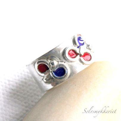 Fargerik ring finner du hos Sølvsmia http://solvsmia.tictail.com/
