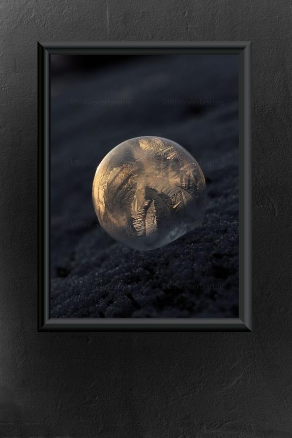 Emmieverlasting: Gold leaf bubble, foto av frossen såpeboble. Foto A3 https://www.epla.no/handlaget/produkter/829826/