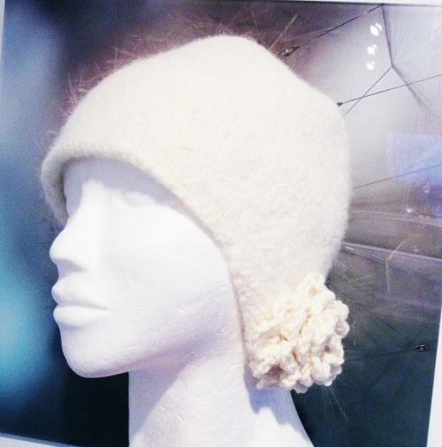 Hvit kløfri lue med heklet blomst finner du hos Kims Lune https://www.epla.no/shops/kimslune/