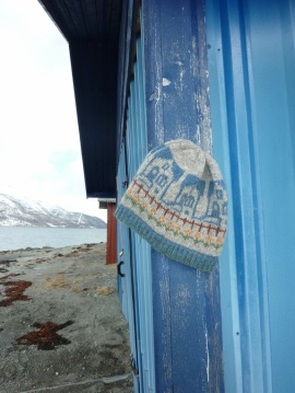 "MaBe: JANUARSALG - 50 % : ""Blå hus ved fjorden "" lue https://www.epla.no/handlaget/produkter/704658/"