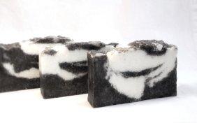 Rensesåpe med svart leire og havsalt finner du hos Ingas såpe og smykker https://www.epla.no/shops/dinsape/