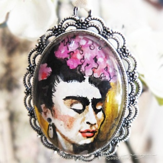 Ingaskunst: Frida orginal akvarell i anheng http://www.ingaskunst.com/418711162/product/1419316/frida-orginal-akvarell-i-anheng-opprinnelig-pris?catid=530025