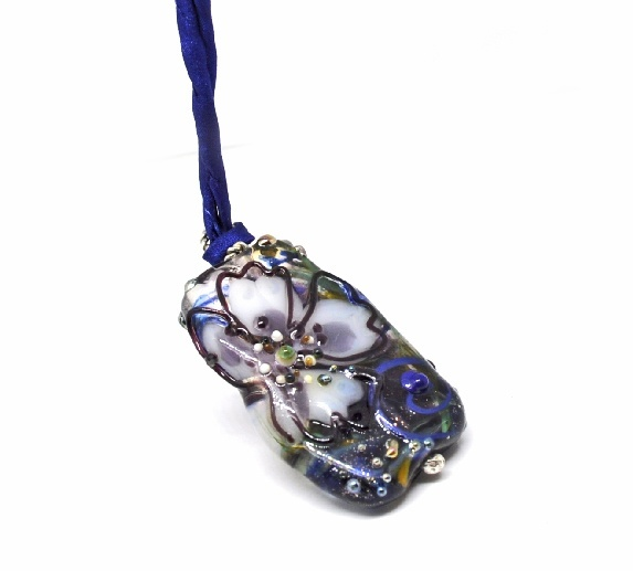 Trollsmed: Blomsterperle, stor flat håndlaget glassperle https://www.epla.no/handlaget/produkter/835507/