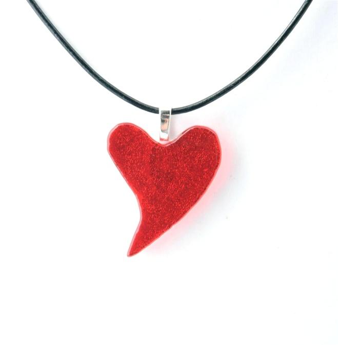 Smykkedama: Rødt skjevt hjerte http://www.smykkedama.no/367825741/product/1916480/r%C3%B8dt-skjevt-hjerte?catid=635492
