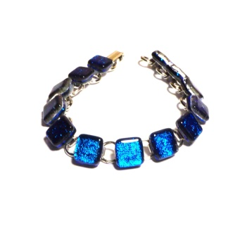 Smykkedama: blått armbånd http://www.smykkedama.no/367825741/product/1923200/bl%C3%A5tt-armb%C3%A5nd?catid=635492