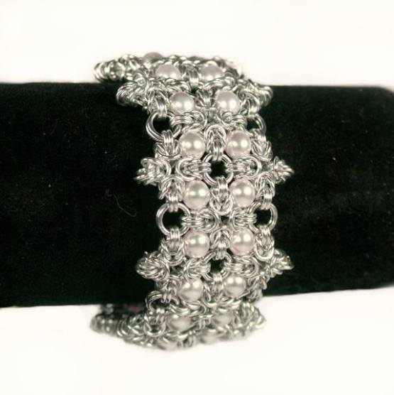 """BeChained: """"Starwalking"""" - cuff armbånd m/hvite tsjekkiske glassperler http://bechained.tictail.com/product/starwalking-cuffarmb%C3%A5nd-mhvite-tsjekkiske-glassperler"""