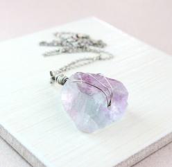 HILDES: Halssmykke - fluoritt - sølv https://www.epla.no/handlaget/produkter/841104/