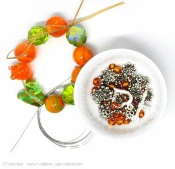 TROLLSMED: DIY - armbånd eller noe annet - perler og stas - Lys grønn og orange https://www.epla.no/materiell/produkter/841830/