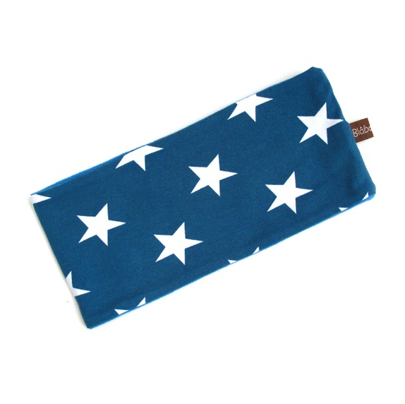 Blåbærbarn: Pannebånd str. 52-54 med ullfor blå med stjerner https://www.epla.no/handlaget/produkter/839161/
