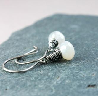 HILDES: Øredobber - hvit kalsedon - sølv https://www.epla.no/handlaget/produkter/845840/