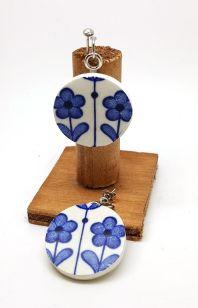 AV SUSANNE: Et par hengede øredobber på stift skåret ut av en tallerken fra en ukjent engelsk produsent. http://avsusanne.tictail.com/product/%C3%B8redobber-bl%C3%A5-blomst-5004052